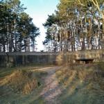 Vlak buiten Burgh-Haamstede, in de Zeepeduinen, staat deze oude bunker. Je kan er niet in, maar je kan er wel omheen.