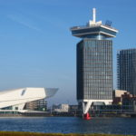 De A'DAM Tower met bovenop het A'DAM Lookout, een fraai observatiedek waarvandaan je heel Amsterdam kan zien en de hoogste schommel Over The Edge.