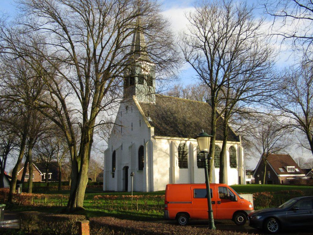 Een mooi wit kerkje in Groet, het startpunt van de wandeling.