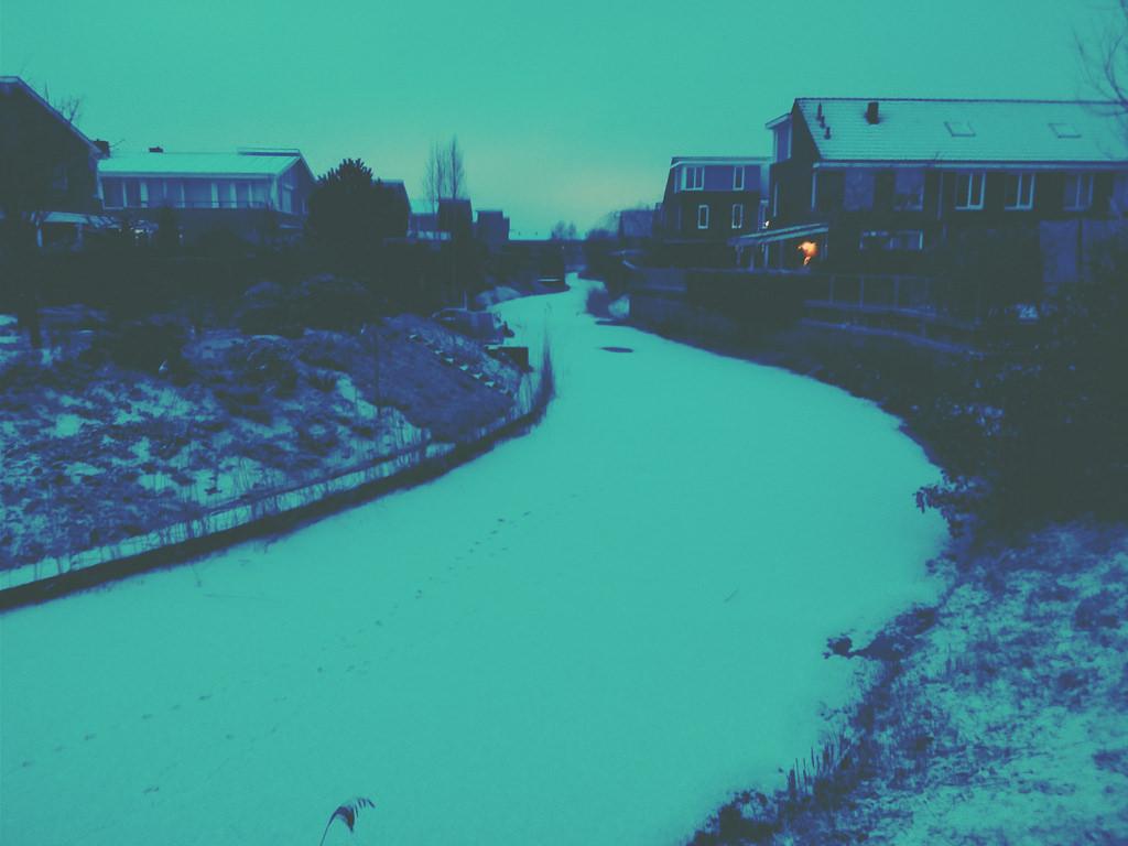 Bevroren slootje met sneeuw [Klik op de foto om de foto in het groot te bekijken]