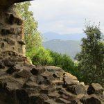 Vanaf een kapelletje heb je dit fraaie uitzicht over de bergen.