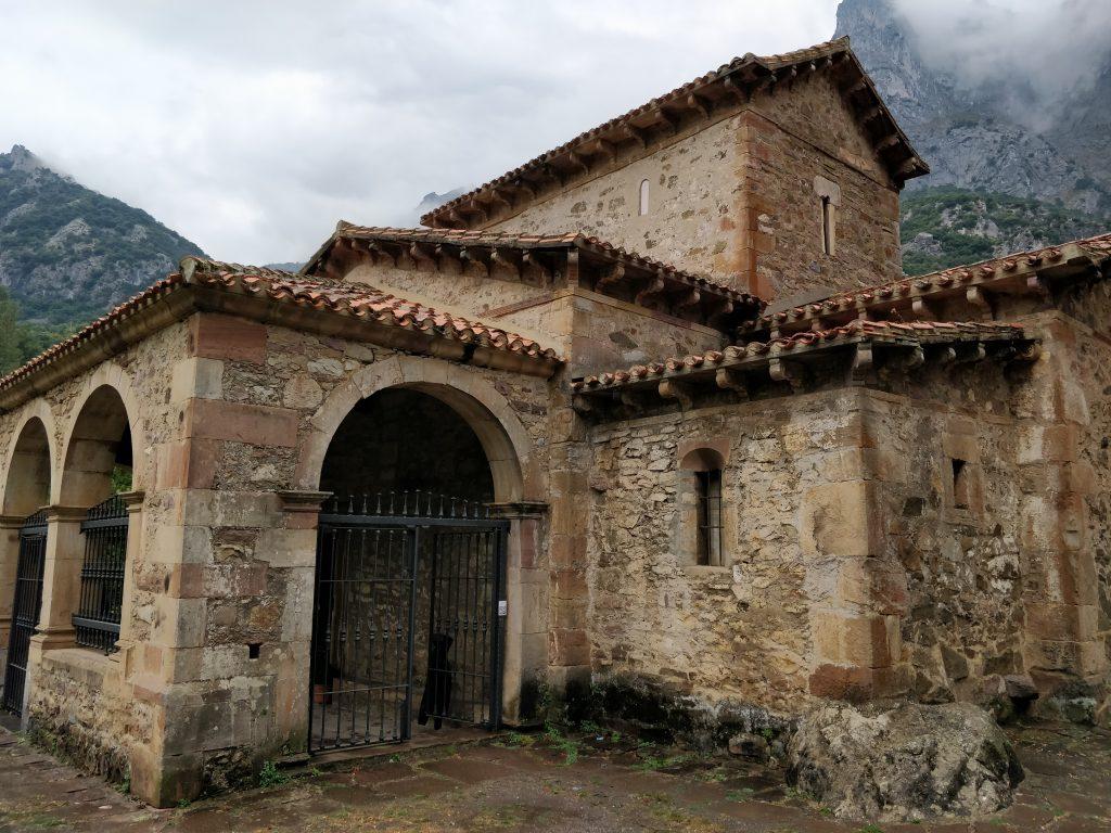 Dit is de entree van een kleine, maar zeer fraaie kerk.
