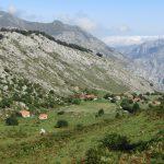 Fraai toch? Die paar huisjes die verspreid liggen en dan dat uitzicht op de bergen in de verte?