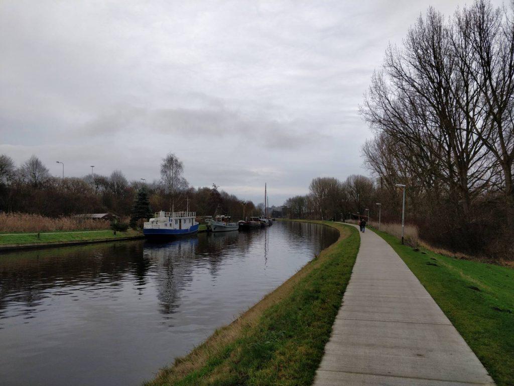 Het fraaie pad langs het water