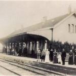 Mensen wachtend op de trein (Historisch Genootschap Oud Soetermeer)