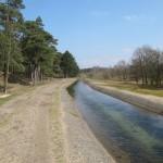 Dit pad loopt langs het kanaal met de betonnen zijkanten. Wat een mooie kleurstelling he?