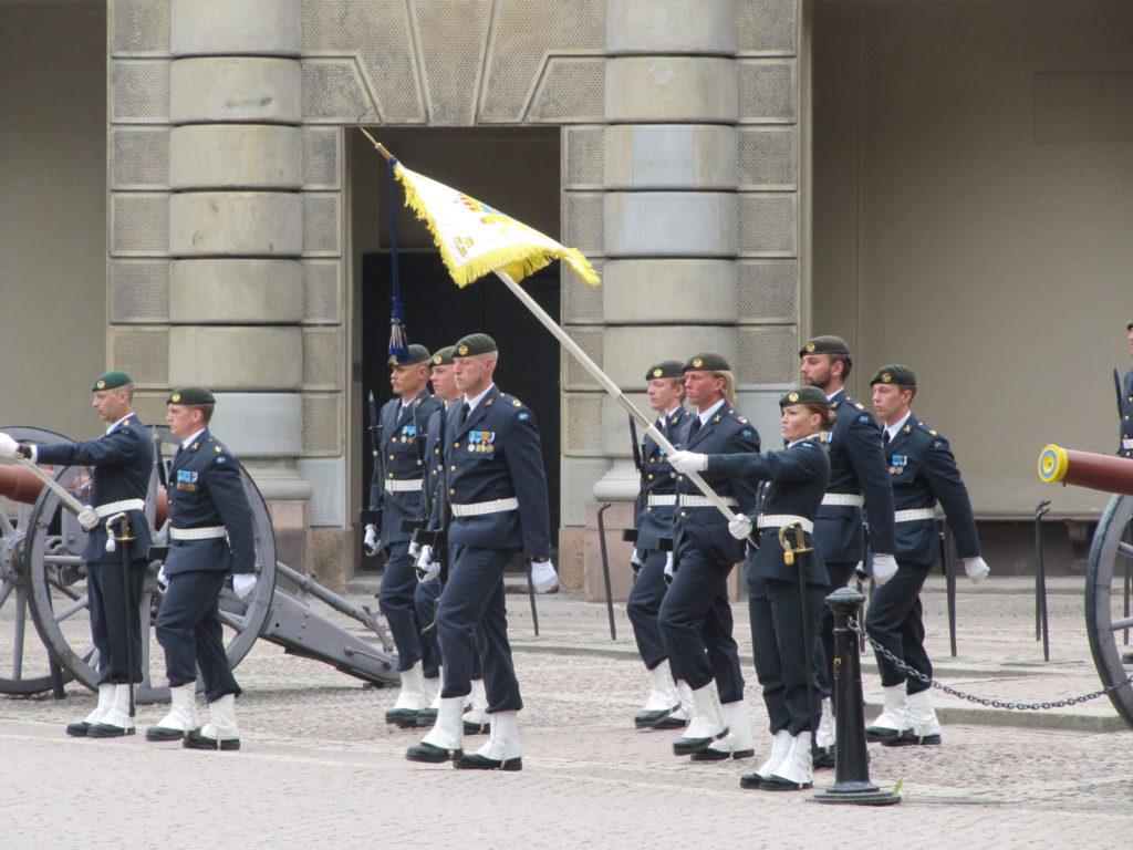 Bij het paleis in het oude centrum van Stockholm wordt nog de wacht gewisseld.