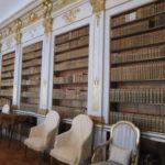 In het paleis is deze goed gevulde, meer dan 2.000 boeken, bibliotheek.