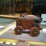 Deze kanonnen stonden eens aan boord van het geborgen schip.