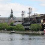 Aan de buitenkant van het Vasamuseet is een poging gedaan om te laten zien hoe hoog de masten van het schip werkelijk waren.