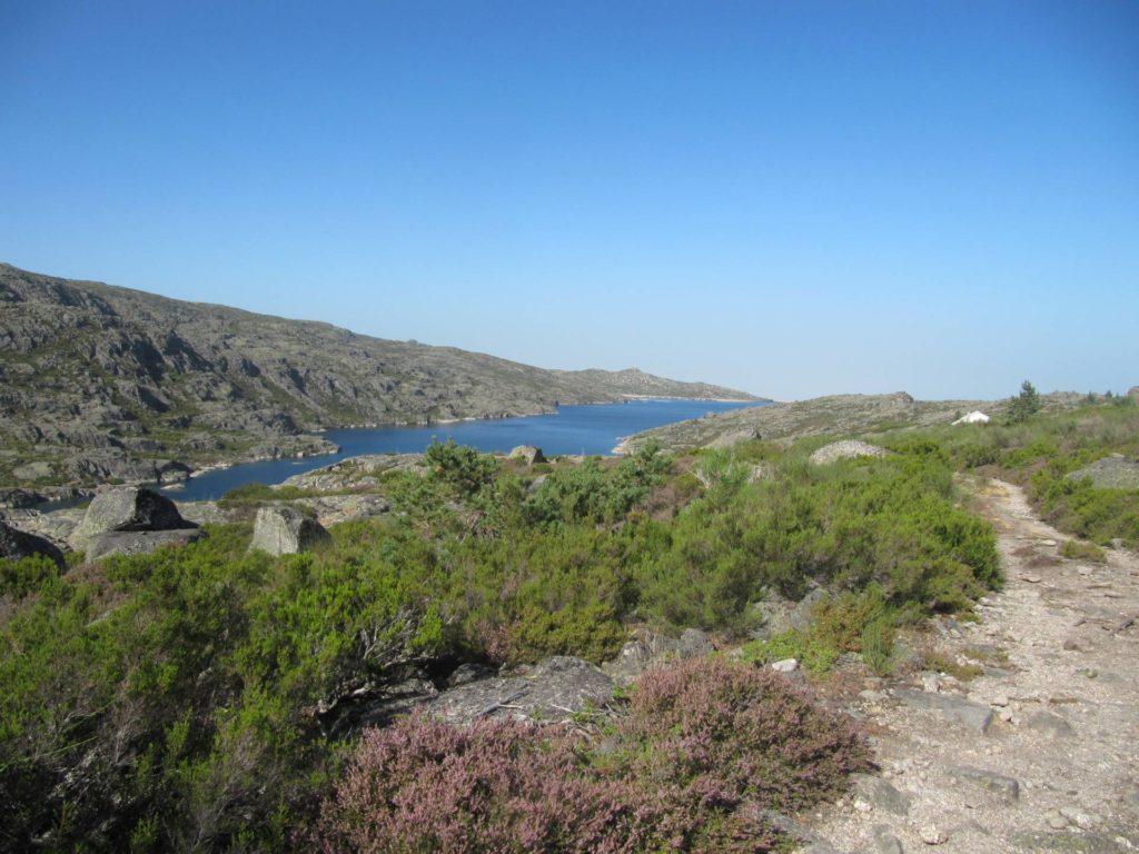Een mooi uitzicht tijdens de wandeling op het kleinere stuwmeer op ongeveer een kwart van de wandeling.