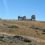 De twee oude telescoop torens bij Torre gezien vanuit de kabelbaan.