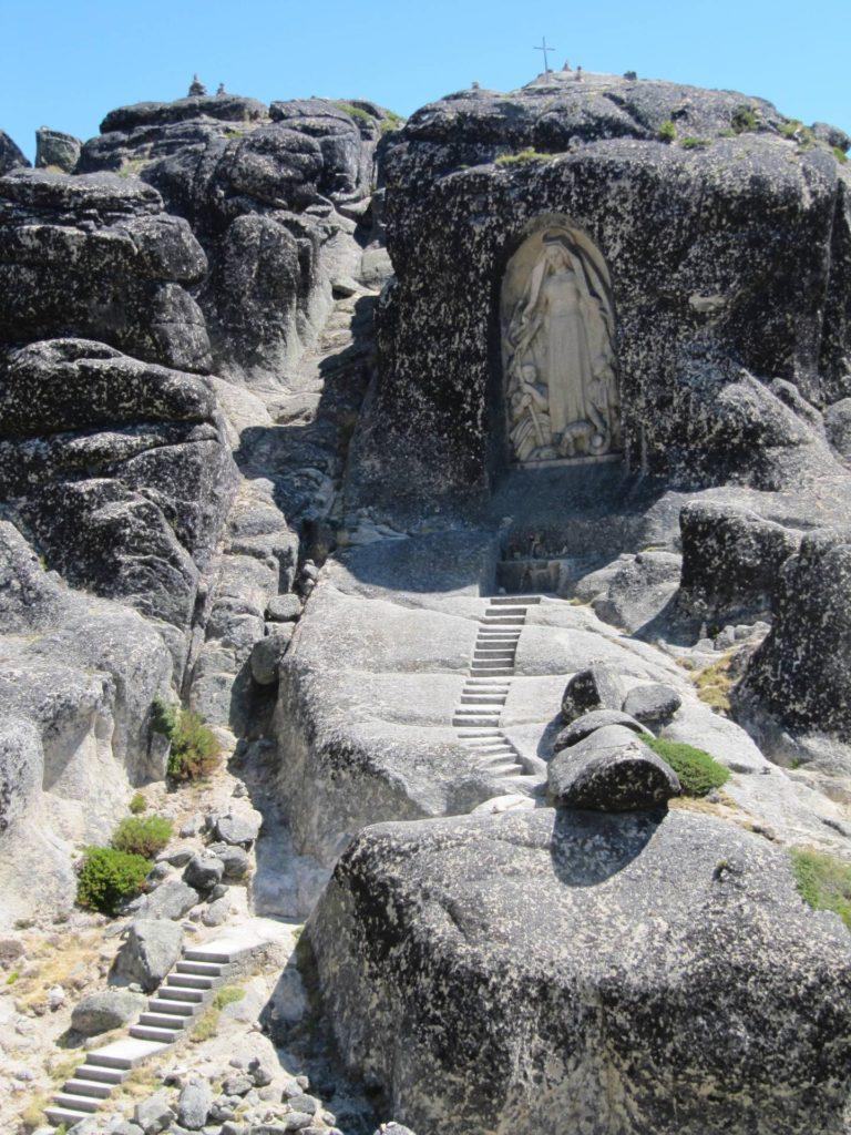In de buurt van Torre staat dit hele fraaie kapelletje gewoon in de bergen uitgehouwen.