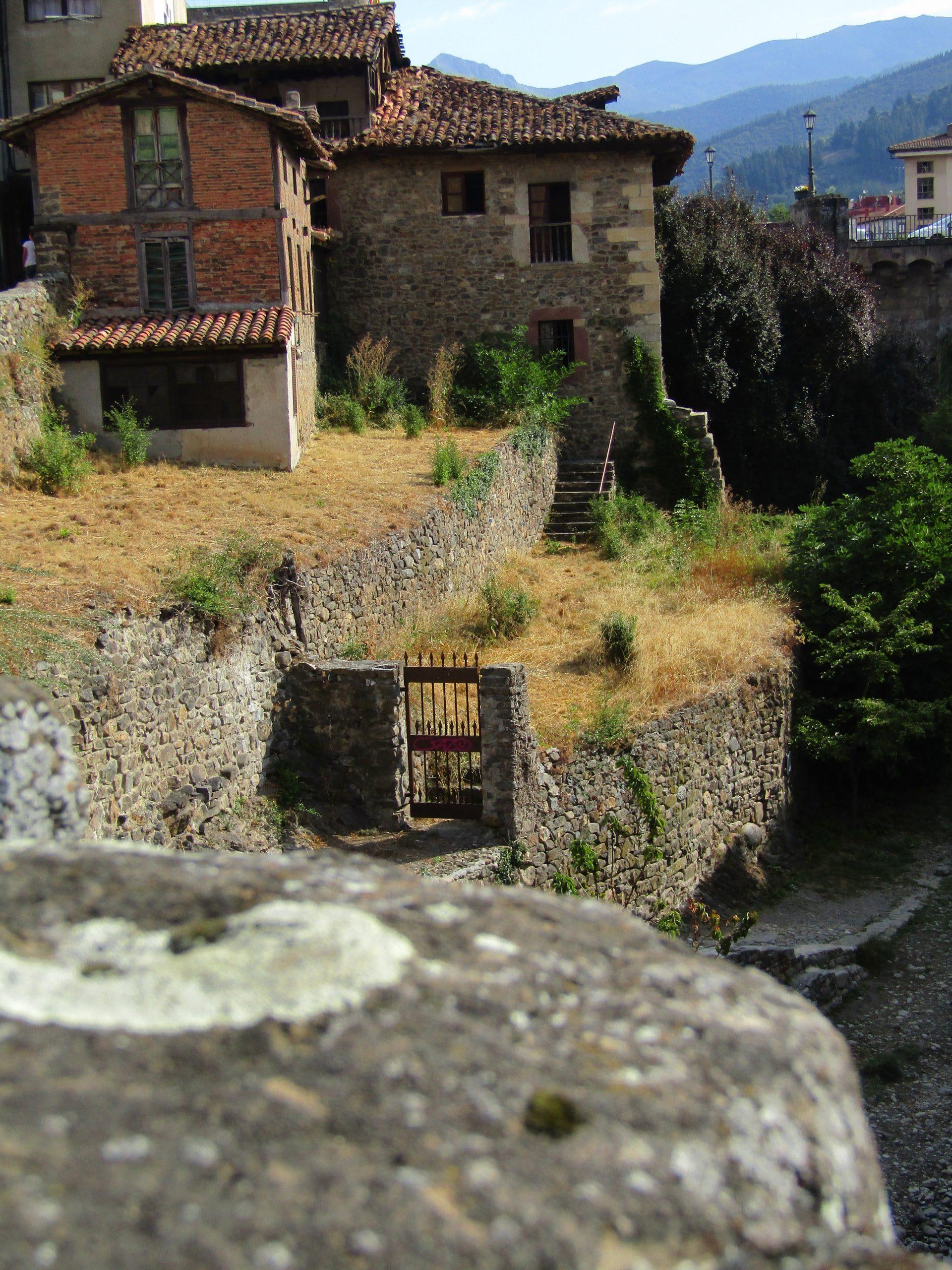 In het oude Potes staat ook nog dit mooie poortje.