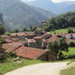Een mooi dorpje met op de achtergrond weer hele fraaie bergen.