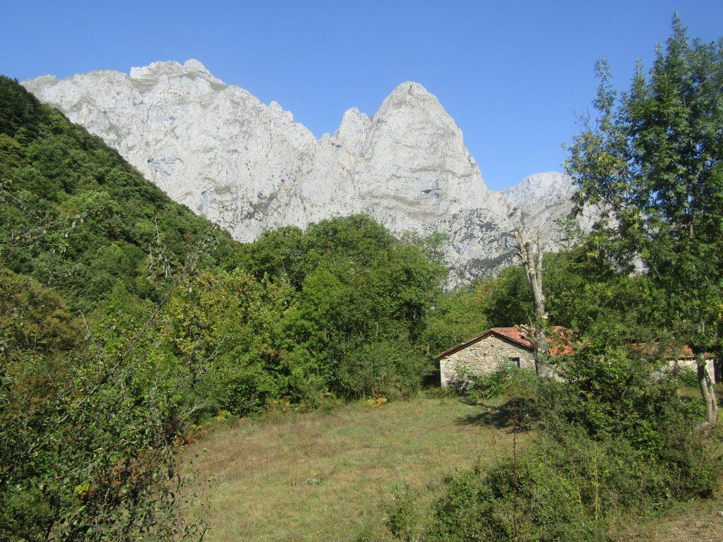 Mooi huisjes, uitzicht over de bergen. Wat een luxe is dat wandelen eigenlijk!